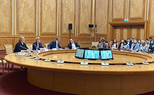 http://council.gov.ru/media/photos/large/iO0UZAqHrJELCc0eDmT0yKAcfDEHDKEa.jpg