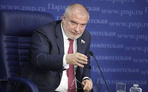 http://council.gov.ru/media/photos/large/vfnXXuLQyKqRpH7PAmUwsAQPdzhCpdbS.JPG