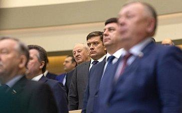 Сенаторы исполняют гимн России перед началом 447-го заседания Совета Федерации