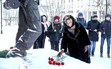 Возложение цветов кпамятнику «Ветеранам боевых действий, участникам локальных войн ивооруженных конфликтов» нааллее Победы