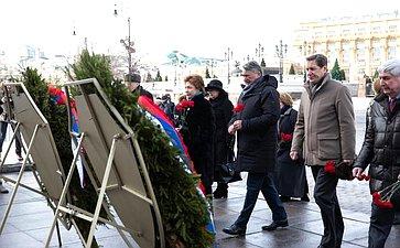 Сенаторы приняли участие вцеремонии возложения венков кпамятнику Георгию Жукову