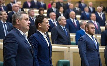 Сенаторы слушают гимн России перед началом 434-го заседания Совета Федерации