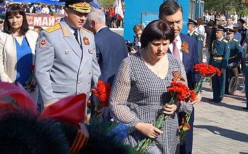 Елена Афанасьева приняла участие вцеремонии возложения цветов кВечному огню мемориального комплекса памяти павших вВеликой Отечественной войне