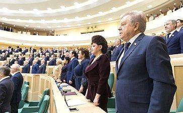 Сенаторы исполняют гимн России перед началом 427-го заседания Совета Федерации