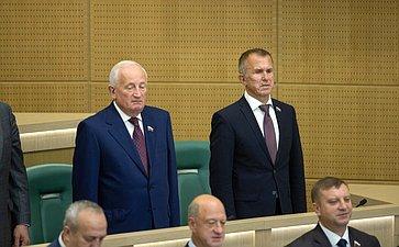 Сенаторы исполняют гимн России перед началом 442-го заседания Совета Федерации