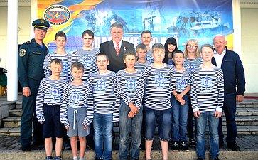 Заместитель Председателя СФ Ю. Воробьев сюными моряками
