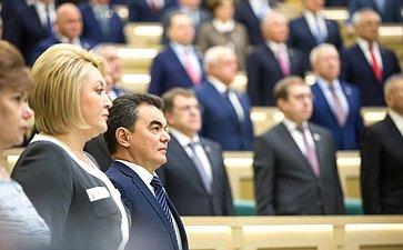 Сенаторы слушают гимн России перед началом 476-го заседания Совета Федерации