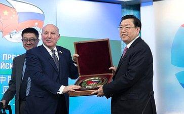 Д. Мезенцев иЧ. Дэцзян