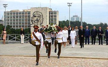 Возложение венка кМогиле неизвестного борца занезависимость Кубы