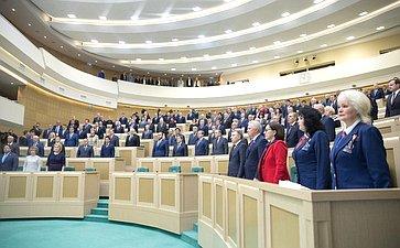 Сенаторы исполняют гимн России перед началом 425-го заседания Совета Федерации