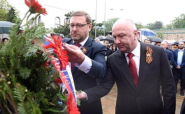 Члены делегации возложили цветы кмемориалу Освободителям Белграда ипамятнику советским воинам