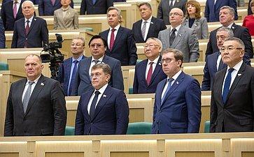 Сенаторы слушают гимн России перед началом 475-го заседания Совета Федерации
