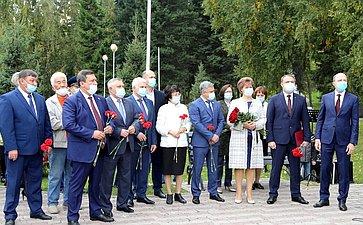 Сенаторы приняли участие вторжественной церемонии открытия памятника воинам, павшим влокальных конфликтах