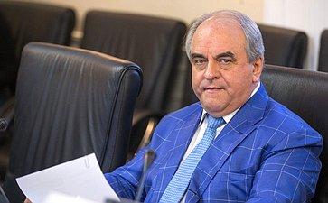 В. Азаров