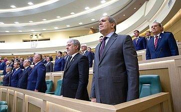 Сенаторы исполняют гимн России перед началом 445-го заседания Совета Федерации