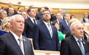 Сенаторы слушают гимн России перед 452-м заседанием Совета Федерации