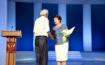 Екатерина Алтабаева вручила Благодарность Председателя Совета Федерации