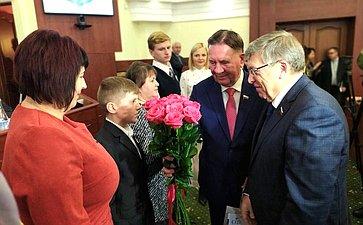 Валерий Рязанский иАлександр Михайлов вКурске наградили детей-героев