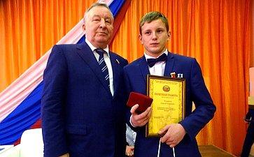 Александр Карлин вручил награды детям-героям запроявленную отвагу, мужество исамоотверженность вэкстремальных ситуациях