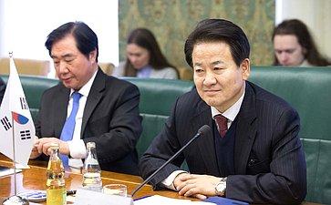 Встреча К. Косачева сдепутатом Национального собрания Республики Корея, руководителем двухпартийной депутатской группы помиру исотрудничеству вСеверо-Восточной Азии Чон Дон Ёном