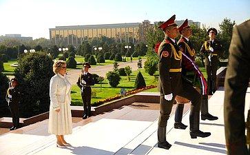 Возложение цветов кМонументу независимости игуманизма