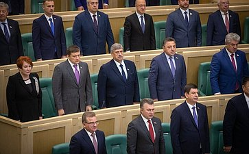 Сенаторы слушают гимн России перед началом 465-го заседания Совета Федерации