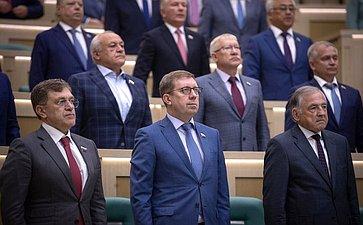 Сенаторы слушают гимн России перед началом 460-го заседания Совета Федерации