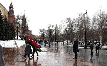 В. Матвиенко приняла участие вцеремонии возложения венка ицветов кМогиле Неизвестного Солдата