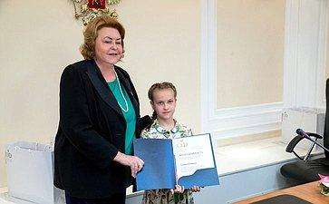 З. Драгункина вручила награды юным художникам– участникам выставки «Откаждого покапельке– иморе добрых дел»
