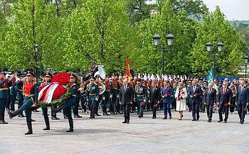 Руководители государства воглаве сПрезидентом РФ В. Путиным возложили венок ицветы кМогиле Неизвестного Солдата уКремлевской стены