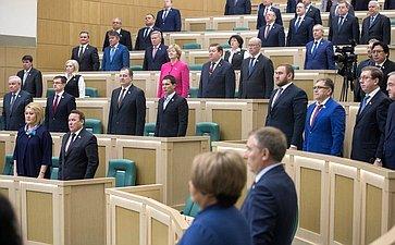 Сенаторы исполняют гимн России перед началом 409-го заседания Совета Федерации