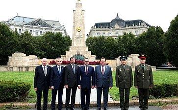 Возложение венка кпамятнику советским воинам-освободителям наПлощади Свободы вБудапеште