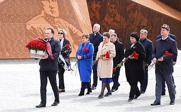 Парламентарии Беларуси иРоссии возложили цветы кмонументу Советскому солдату под Ржевом