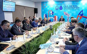 Ирек Ялалов иЮрий Важенин приняли участие вРоссийском нефтегазохимическом форуме и28-й специализированной выставке «Газ. Нефть. Технологии»