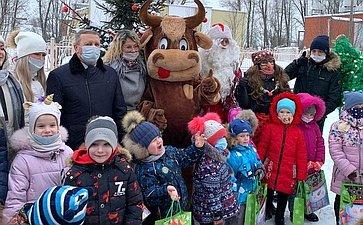 Сергей Березкин впреддверии Нового года встретился сдетьми– пациентами отделения Областной детской клинической больницы вЯрославле