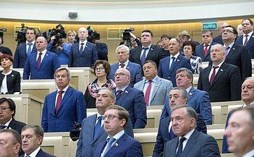 Сенаторы исполняют Гимн России перед началом 419-го заседания Совета Федерации