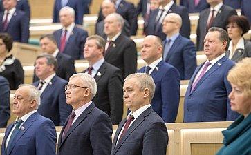Сенаторы исполняют гимн России перед началом 403-го заседания Совета Федерации