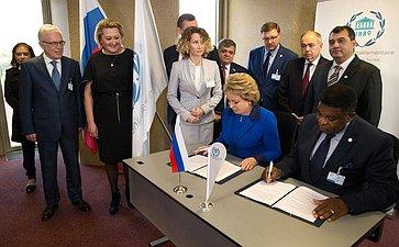В. Матвиенко иГенеральный секретарь Межпарламентского союза Мартин Чунгонг подписали Соглашение между Межпарламентским союзом иСоветом Федерации оборганизации ипроведении вСанкт-Петербурге 137-ойАссамблеи МПС