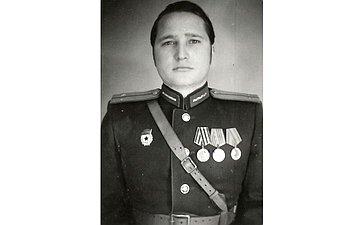 Лопухов Алексей (1925–1996). Ушёл нафронт в17 лет. Воевал, был ранен. После госпиталя был направлен научебу. Командир пулеметного взвода. Дошёл доБерлина. Награжден правительственными наградами. Дед сотрудницы Аппарата СФ З. Поймановой