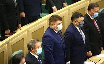 Сенаторы слушают Гимн России перед началом 489-го заседания Совета Федерации