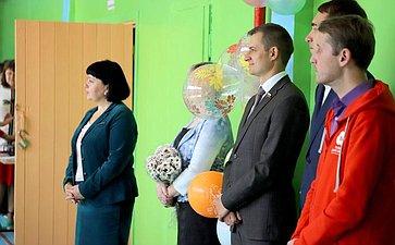 Дмитрий Шатохин посетил праздничную линейку вчесть Дня знаний всреднеобразовательной школе №18 города Сыктывкара