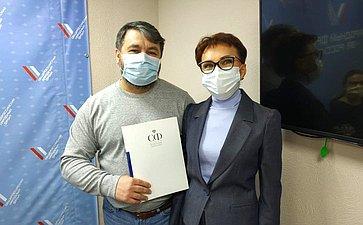 Татьяна Кусайко вручила волонтёрам Мурманской области благодарственные письма