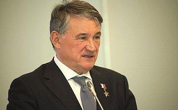 Ю. Воробьев выступил сдокладом, посвященным обеспечению комплексной безопасности вАрктике