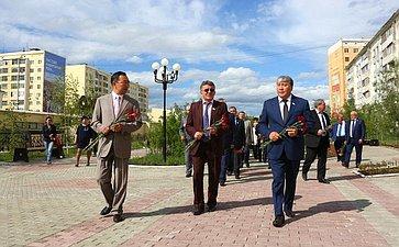 ВЯкутске члены Комитета СФ пообороне ибезопасности возложили цветы кпамятнику Героям ипровели встречу светеранами