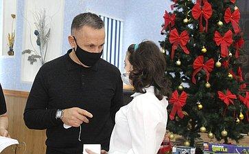 Сенатор Олег Алексеев поздравил сновогодними праздниками ребят, которым требуется особое внимание