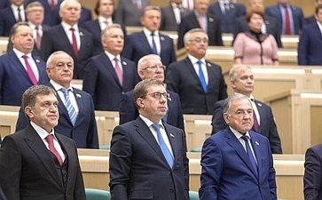 Сенаторы исполняют гимн РФ перед началом 449-го заседания Совета Федерации