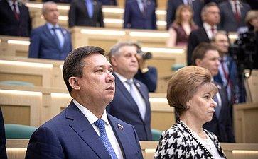Сенаторы слушают гимн России перед началом 473-го заседания Совета Федерации