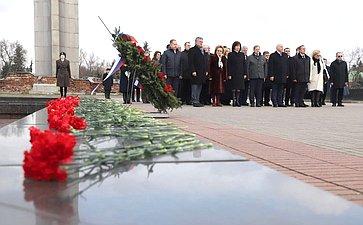 Делегация Совета Федерации возложила венок ицветы кВечному огню вБресте