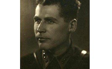 Кузьмук Петр 1907 г.р. родился в1907году вВинницкой области УССР. 7 октября 1941года его самолет был сбит истребителем противника. Дед помощника сенатора Э.Росселя М.Розановой