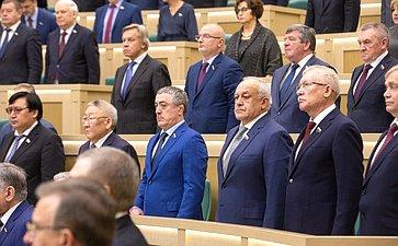 Сенаторы слушают гимн России перед началом 448-го заседания Совета Федерации